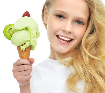 Pretty baby meisje bedrijf ijs in wafels kegel met frambozen en kiwi gelukkig glimlachend geïsoleerd op een witte achtergrond