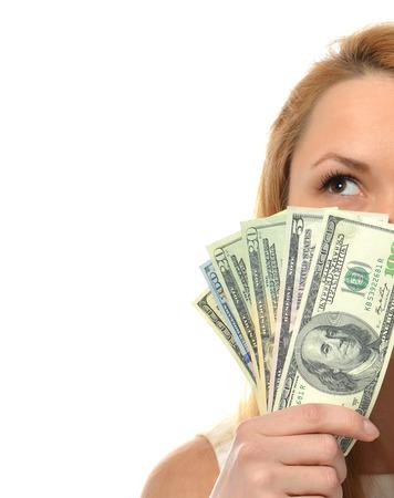 show bill: Feliz mujer joven con el dinero en efectivo cinco uno cincuenta cientos de d�lares aislados sobre un fondo blanco