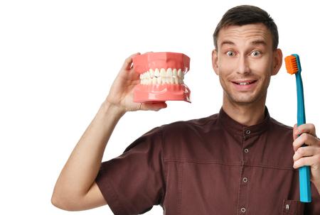 Grandes dents mannequin et dentiste dentiste avec le pinceau de la brosse de la main comment faire une brosse à dents isolé sur fond blanc dentaire notion Banque d'images - 96275960