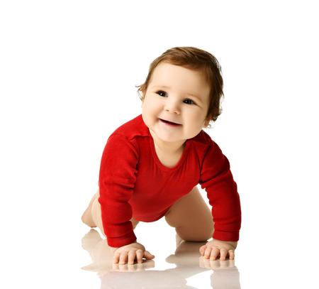 Säuglingskinderjungenkleinkind im roten Körperstoff das kriechende glückliche Lächeln lernend lokalisiert auf weißem Hintergrund