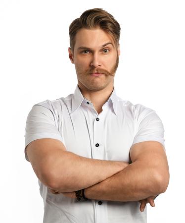 Apuesto joven barbudo en proceso de recortar su barba aislado sobre un fondo blanco. Foto de archivo