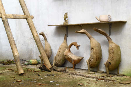 tallado en madera: Antiguo balinés tradicional artesanía de madera tallada