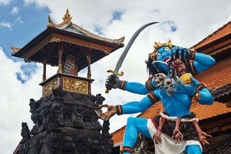 ? ?  ? �silence: Demonio tradicional color azul ogoh-ogoh sosteniendo una cabeza cortada y decorada con calaveras antes del desfile anual de monstruos horribles - Pengrupukan, que se celebra en la noche del Nyepi - A�o Nuevo balin�s antes del d�a de silencio