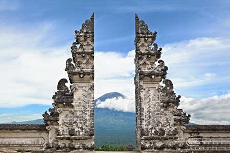 Toegangspoort Pintu Bintar aan traditionele tempel Lempuyang op Agung monteren achtergrond - eiland Bali symbool. Cultuur en architectuur van de Aziatische mensen, Indonesische en Balinese landschappen en wallpapers