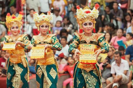 Bali, Indonesië - 28 juni 2015: Mooie vrouwen groep gekleed in kleurrijke sarongs - Balinese stijl danseres kostuum, het dansen traditionele dans Legong tempel op Bali Kunst en Cultuur Festival tonen