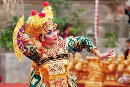 Eiland Bali, Indonesië - 28 juni 2015: Mooie vrouw, gekleed in kleurrijke sarong - Balinese stijl danseres kostuum, het dansen traditionele dans Legong tempel op Bali Kunst en Cultuur Festival tonen