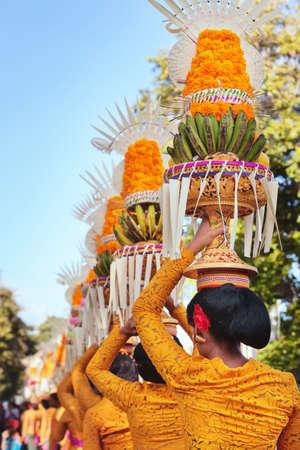 Prozession der schönen balinesischen Frauen in Trachten - Sarong tragen bietet auf Köpfe für Hindu-Zeremonie. Arts Festival, Kultur der Insel Bali und Indonesien Leute, asiatische Reise-Hintergrund Standard-Bild - 48066163