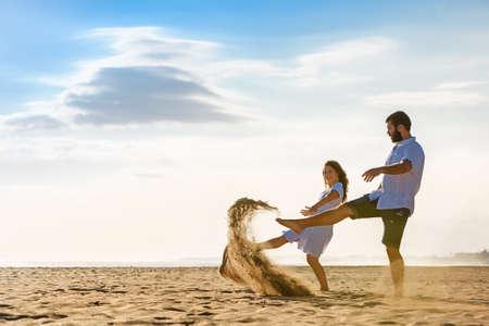 casados: Familia recién casada feliz de vacaciones de luna de miel - apenas casado amante esposa y el marido correr con la diversión en la playa de arena de mar. Activo estilo de vida y actividad de personas al aire libre en las vacaciones de verano en la isla tropical.