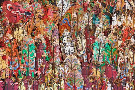 marioneta: Los caracteres tradicionales de teatro de sombras tradicional de Bali y Java muestran - kulit wayang. Artes, artesan�as ind�genas en la isla de Bali y cultura festivales de pueblo de Indonesia. antecedentes de viajes de Asia.