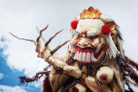 silencio: Rangda - demonio tradicional ogoh-ogoh la noche desfile ritual de terribles monstruos - Pengrupukan, que se celebra en la noche de Nyepi - Año Nuevo balinés antes del día de silencio en la isla de Bali. Foto de archivo