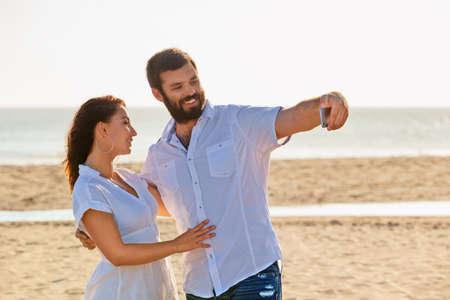 pareja de esposos: familia feliz de vacaciones de luna de miel - amantes de la pareja acaba de casarse tienen autofoto diversión y tomar de la red social en la playa del mar. Estilo de vida y las personas actividad al aire libre en las vacaciones de verano en la isla tropical.