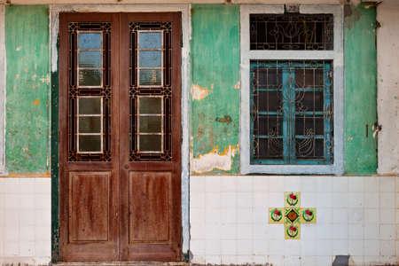Porte d'entrée verrouillée en bois et fenêtre de la vieille maison traditionnelle chinoise à Georgetown, Penang. Effet vintage