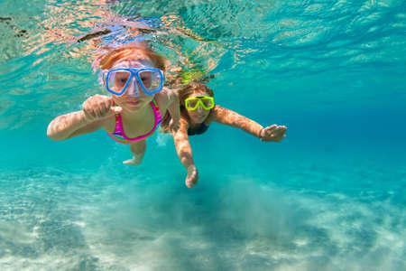 Familia feliz - madre con el bebé de buceo bajo el agua con la diversión en la piscina del mar. estilo de vida saludable, activa de los padres, la gente del deporte acuático aventura al aire libre, clases de natación en la playa Vacaciones de verano con el niño Foto de archivo