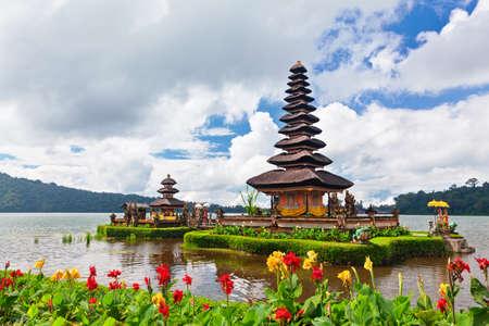 Tempel Pura Ulun Danu Beratan. Traditionele Balinese tempel op het meer. Plek van festivals, beroemde reisattractie, dagtochtbestemming in Bali eiland, Indonesië. Indonesische mensen cultuur achtergrond.