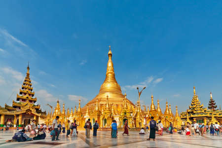 Yangon, Myanmar 01 januari, 2007 - Mening van beroemde Birmaanse tempel en populaire plaats in Yangon-stadsreis te bezoeken - pagode Shwedagon met de overblijfselen van Boedha. Beroemde reisbestemming in Azië.