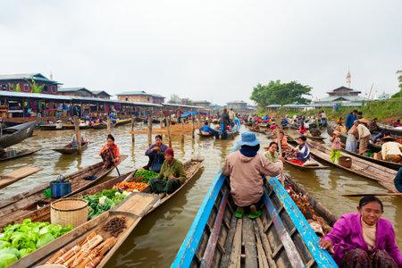 Inle 호수, 미얀마 -2007 년 1 월 4 일 : 버마어 네이티브 사람들 판매 야채, 과일, 및 전통적인 베트남어 시장에서 죽 일 주택 마을 근처 Nyaungshwe 타운 Inle