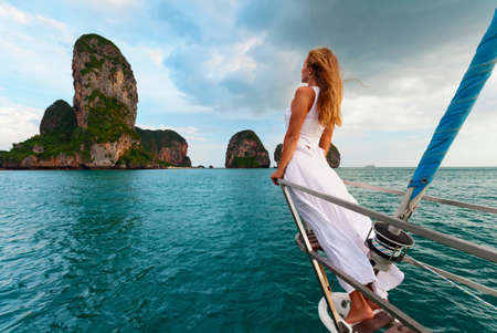 Portrait de jeune femme joyeuse. Fille heureuse à bord d'un voilier s'amuser à découvrir des îles dans une mer tropicale lors d'une croisière côtière estivale. Voyage aventure, voile avec des enfants en vacances en famille.