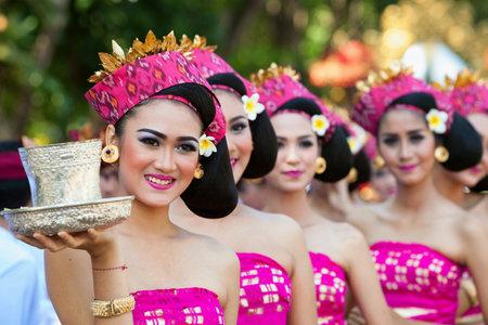 덴파사, 발리 섬, 인도네시아 - 2017 년 6 월 10 일 : 전통적인 발리 의상에서 아름 다운 여자의 그룹 예술 및 문화 축제에서 거리 퍼레이드에 힌두교 의식 에디토리얼