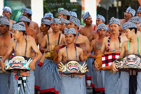 덴파사, 발리 섬, 인도네시아 - 발리 사람들의 2017 년 6 월 10 일 : 그룹. 예술과 문화 축제에서 거리 퍼레이드에 전통적인 케악 댄스 의상을 입고 음악가.