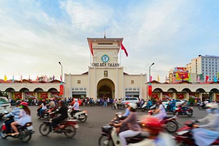호치민시, 베트남 -2010 년 9 월 1 일 : 오래 된 마에서 벤 탄 시장. 쇼핑 공예품, 기념품, 전통 베트남 음식 체험을위한 사이공 워킹 데이 투어를 방문하는 에디토리얼