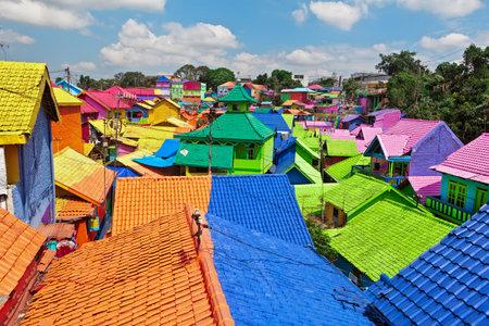 Malang, Indonesië - 12 juli 2018: Kleurrijke pannendaken in Jodipan dorp (Kampung Warna Warni). Populaire plek om te bezoeken voor stadswandelingen tijdens gezinsvakanties. Reisbestemming in Oost-Java.