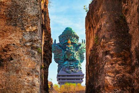 Photo de paysage de l'ancienne statue de Garuda Wisnu Kencana GWK comme point de repère de Bali avec un ciel bleu en arrière-plan. Symbole traditionnel balinais de la religion hindoue. Destinations de voyage populaires en Indonésie.