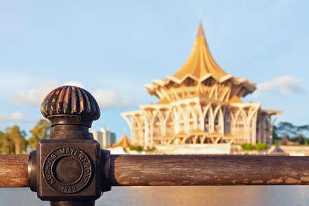 Zamknij widok nadrzecznej kolei na tle budynku Zgromadzenia Ustawodawczego. Spacer nad rzeką Sarawak. Zabytki na nabrzeżu w Kota Kuching. Popularne cele podróży na wyspie Borneo w Malezji.