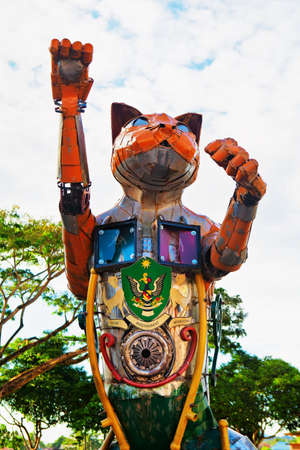 Kuching, Malaysia - March 11, 2019: Funny metal cat statue with Kuching city coat of arms at waterfront of Sarawak river. Cat is a symbol of Kuching city - popular travel destination in Borneo island 新聞圖片