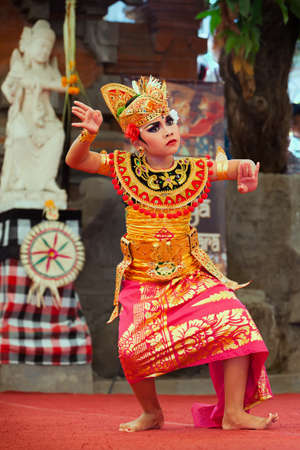 Denpasar, Bali-Insel, Indonesien - 11. Juli 2015: Porträt der schönen jungen balinesischen Frau im ethnischen Tänzerkostüm, tanzenden traditionellen Tempeltanz bei der Kunst- und Kulturfestivalparade. Editorial