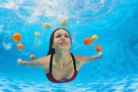 Belle jeune femme en bikini nageant et plongeant sous l'eau dans la piscine avec plaisir pour les agrumes frais. Activité de sports nautiques pour un mode de vie sain et actif pour rester en forme en vacances dans une station thermale tropicale