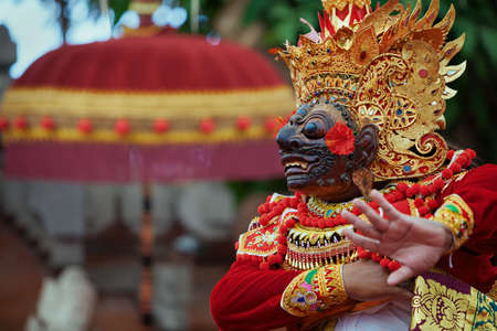Traditioneel Balinees kostuum en masker Tari Wayang Topeng - karakters van Bali-cultuur. Tempel rituele dans tijdens ceremonie op religieuze feestdag. Etnische festivals, kunst van Indonesische mensen