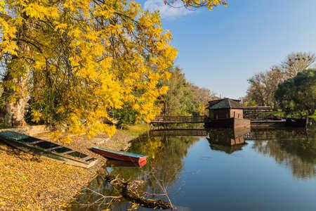 molino de agua: Paisaje del oto�o con un molino de agua en el barco en la ciudad eslovaca Kolarovo.
