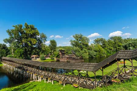 molino de agua: Molino de agua y el viejo puente de madera en la ciudad de Eslovaquia Kolarovo.