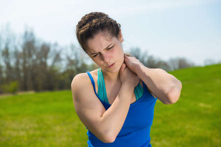 salud y deporte: Dolor de la mujer joven con lesión en el cuello.