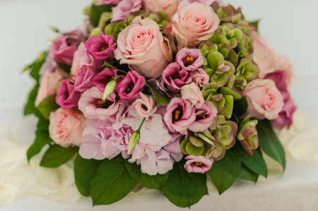 Mariage originale décoration florale sous la forme de mini-vases et bouquets de fleurs suspendus au plafond Banque d'images - 81969364