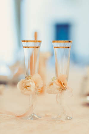 fizz: Two glasses of champagne on the background of the wedding bouquet of pink roses. Soft focus, selective focus Stock Photo