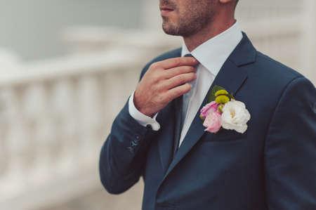 bruiloft boutonniere met natuurlijke bloemen op een jas
