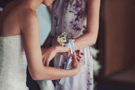 Fiore a disposizione delle damigelle d'onore al matrimonio