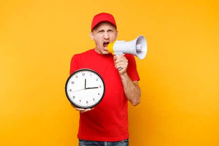Lieferservice-Mann in der roten Uniform lokalisiert auf gelbem Hintergrund. Männlicher Mitarbeiter Kurier in Mütze, T-Shirt schreien in Megaphon halten Uhr. Guy kündigt Rabattverkauf an Kopierplatzwerbung Beeilen Sie sich Standard-Bild