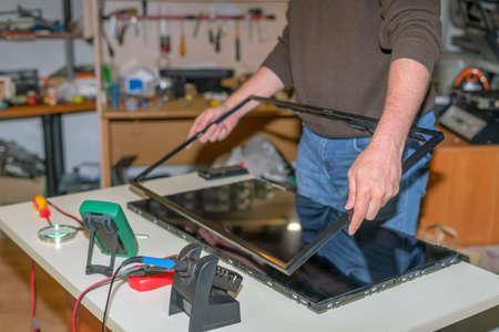 Réparation de TV moderne, démontage de l'écran pour remplacer la matrice LCD Banque d'images