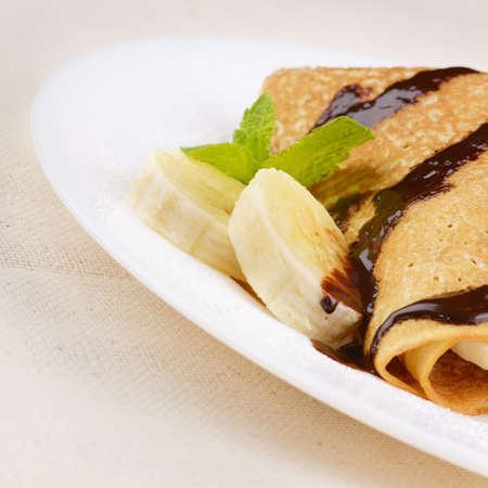 chocolate syrup: Crepes de estilo franc�s con pl�tano, jarabe de chocolate y az�car en polvo