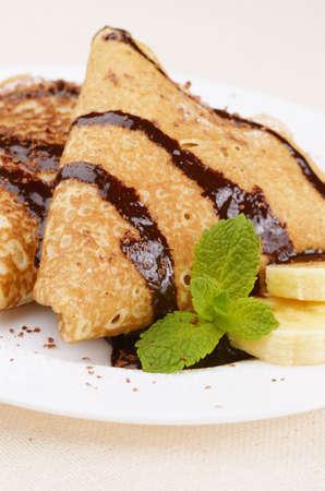 chocolate syrup: Crepes de estilo franc�s con jarabe de chocolate pl�tano y virutas