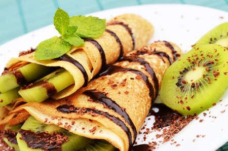 chocolate syrup: Crepes de estilo franc�s con el kiwi y salsa de chocolate