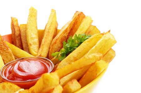 papas fritas: Franc�s fritas con salsa de tomate sobre fondo blanco