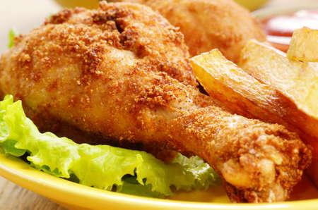 pollo frito: Baquetas fritos con papas fritas franc�s sobre la mesa Foto de archivo