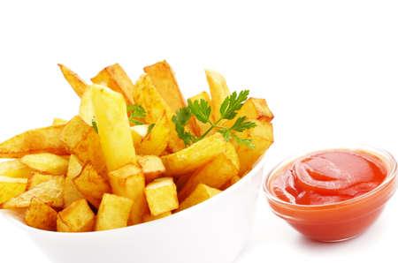 papas fritas: Franc�s fritas con salsa de tomate primer plano sobre fondo blanco
