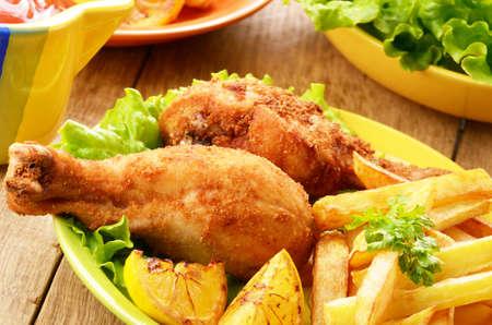pollo frito: Pollo frito con papas fritas francés sobre la mesa