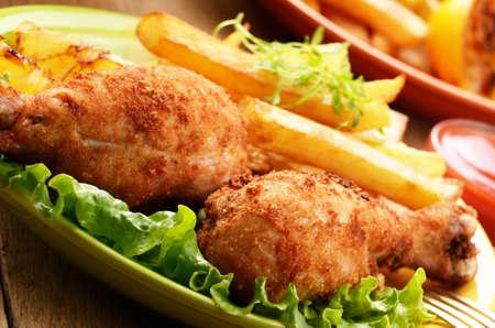 pollo frito: Pollo frito con papas fritas francés en la mesa Foto de archivo