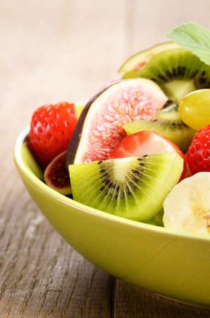 feuille de vigne: Sain salade mélange de fruits sur la table de la cuisine Banque d'images