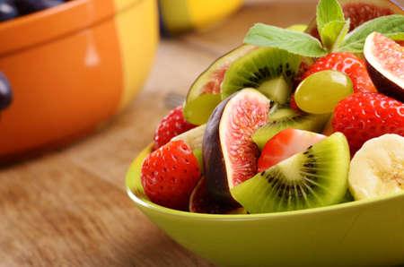 ensalada de frutas: Fruta sana ensalada mezcla sobre la mesa de la cocina con el copia-espacio